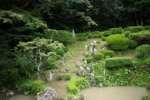 大雨で枯れ滝があふれる医光寺のお庭