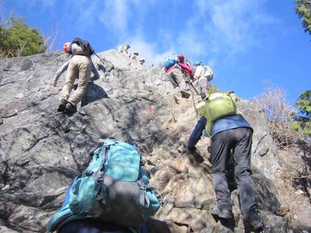 ⑥乾徳山の岩場を下るIMG_3263 (1)