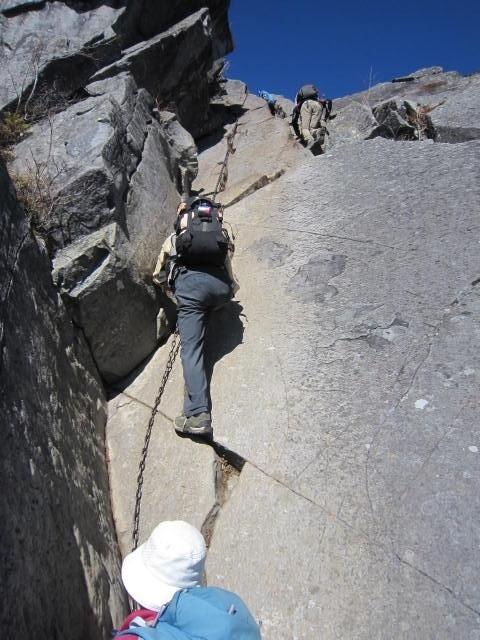 ③乾徳山山頂直下の岩場を登るIMG_3257 (1)