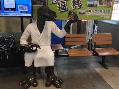 福井駅ベンチ(恐竜博士)