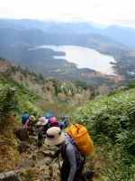 尾瀬沼を背に燧ケ岳に向かって登る