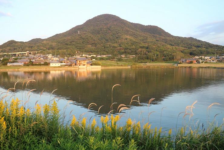 ふる里の池と山 夕陽当たって 29 10 25