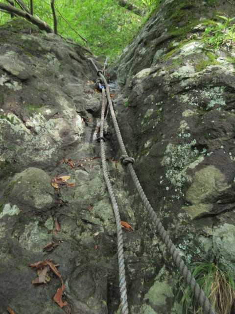 IMG2303JPG1の岳のロープのある岩場
