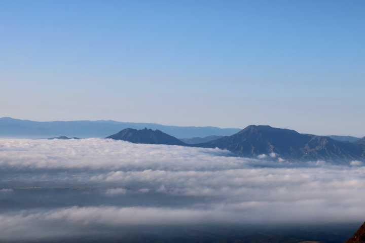 IMG5026JPG雲海に浮かぶ根子岳高岳