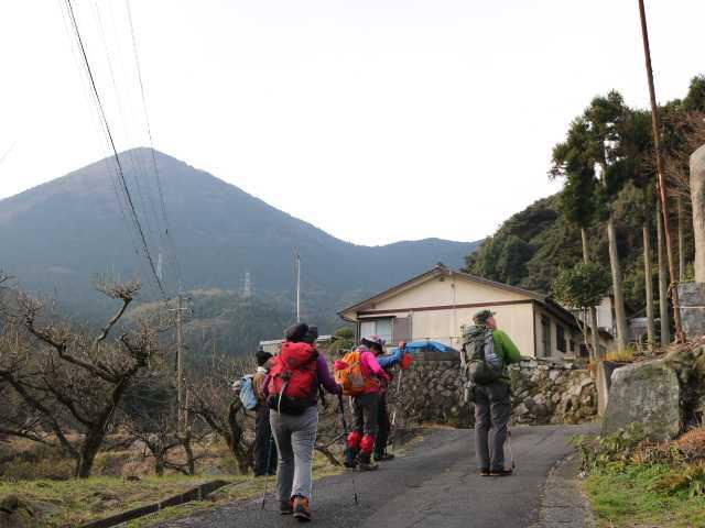 IMG6493JPG集落の坂道を登る