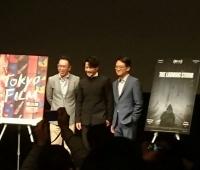 『迫り来る嵐』ドン・ユエ監督(左)主演のドアン・イーホン(中央)。