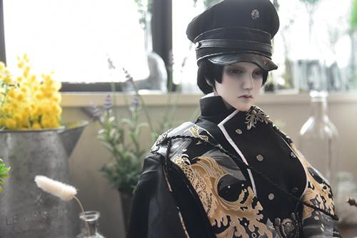 「帝都物語」の加藤保憲としてお迎えした、Ringdoll、Dracula-Style B。新調した軍服と明るいスタジオで、どこか若々しい印象。