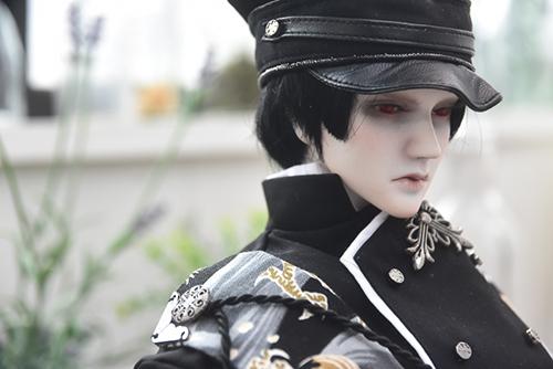 帝都物語」の加藤保憲としてお迎えした、Ringdoll、Dracula-Style B。新調した軍服と明るいスタジオで、どこか若々しい印象。