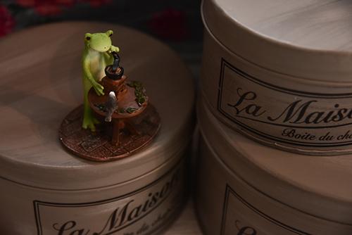 ツバキアキラが撮ったカエルのコポー。コーヒー豆を挽くコポタロウ。スタジオcoucouさんにて。
