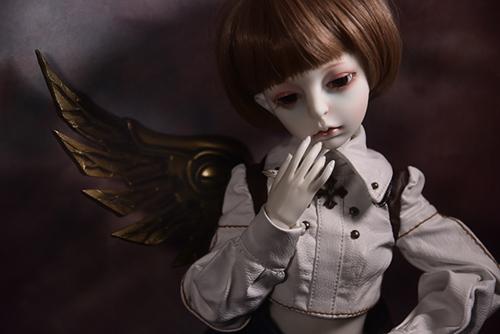 機械の翼を持つ少女、DOLLZONE・GillのAnnu(アンヌ)。実は、左手の関節が上手に動きません。