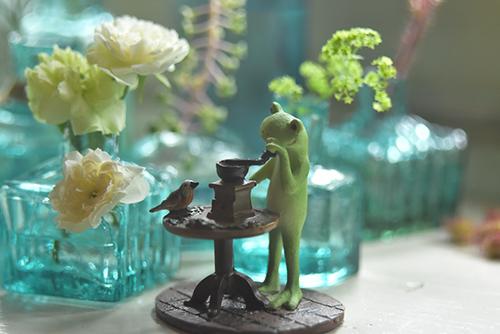 ツバキアキラが撮ったカエルのコポー。涼しげな青いインク瓶に囲まれて珈琲を挽くコポー。