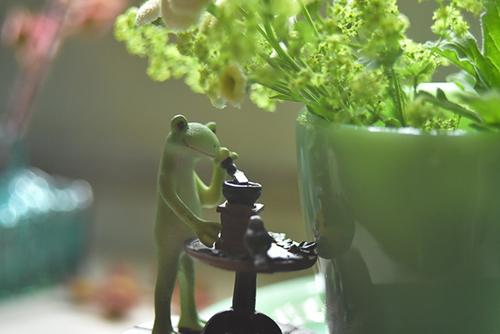 ツバキアキラが撮ったカエルのコポー。アンティークな空間で珈琲を挽くコポー。