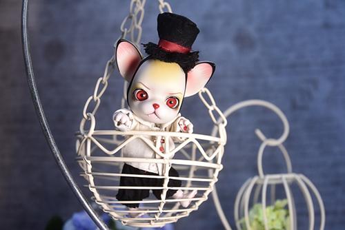 小さなカゴに乗って、空中散歩を楽しんでいるような、球体関節人形の動物ドール、パンジュ・ブラックルシアン・ロイ。