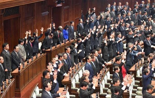 20170928 衆院本会議で衆院が解散され万歳する議員と一礼する安倍晋三首相