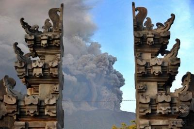 バリ島 先に噴火したアグン山が25日から26日にかけ、さらに複数の噴火を起こしたと