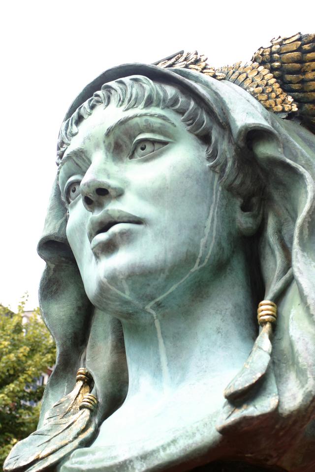 銅像 顔 無表情