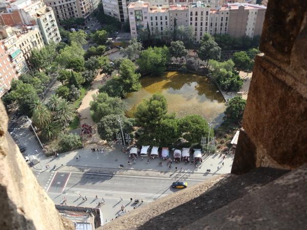 生誕のファザードからの眺め-池