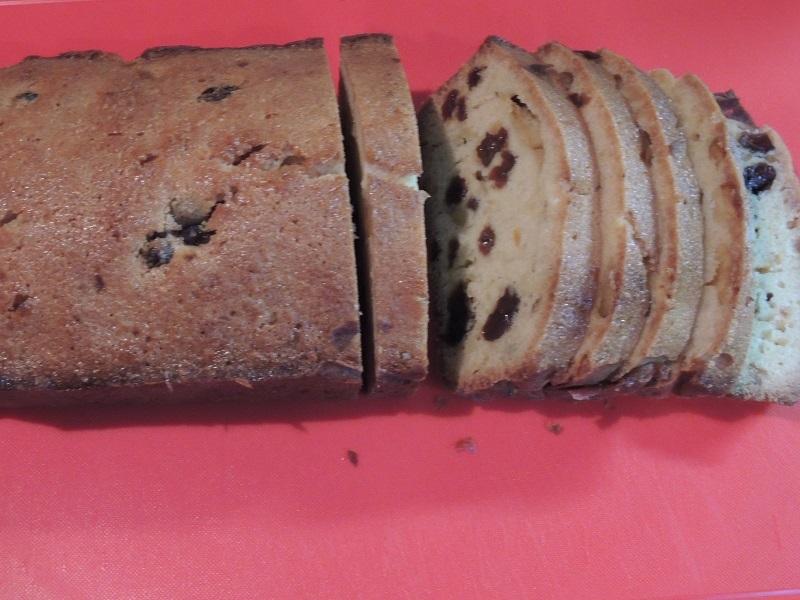 パウンドケーキを切ってます