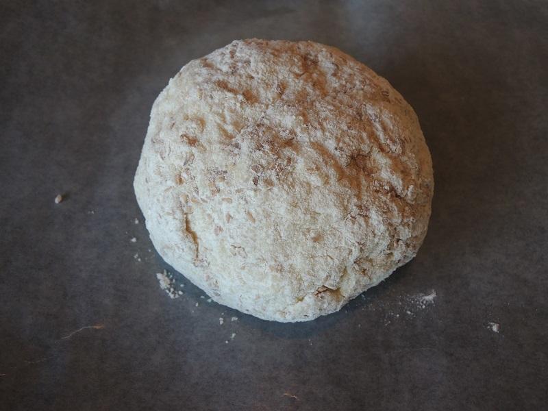 周りに小麦粉を付けます