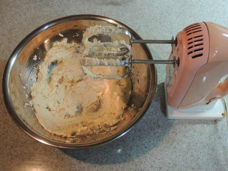 お砂糖とバターをクリーム状に