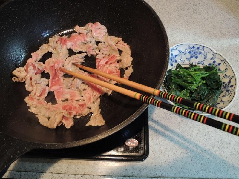 豚肉を炒めます