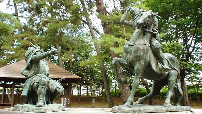 武田信玄(左)・上杉謙信(右)一騎討像 長野市八幡原史跡公園