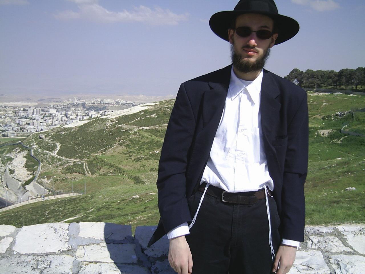 超正統派の信者(黒い帽子に黒いスーツ・長い髭を伸ばすのは超正統派の特徴でもある)