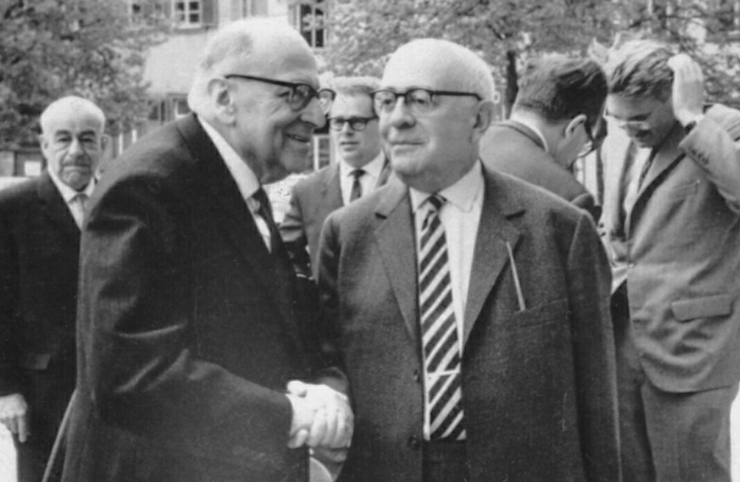 ホルクハイマー(左)とアドルノ(右)。背後にハーバーマス。