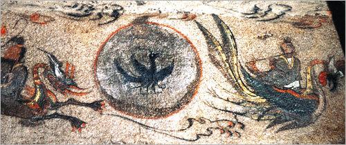 太陽の中に描かれた三足烏の高句麗の壁画。左は竜、右は鳳凰。