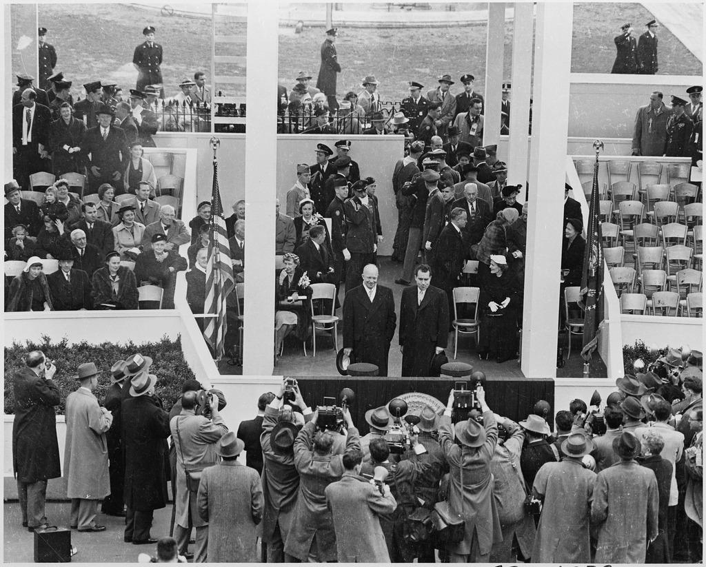 アイゼンハワーと大統領就任式典に臨むニクソン