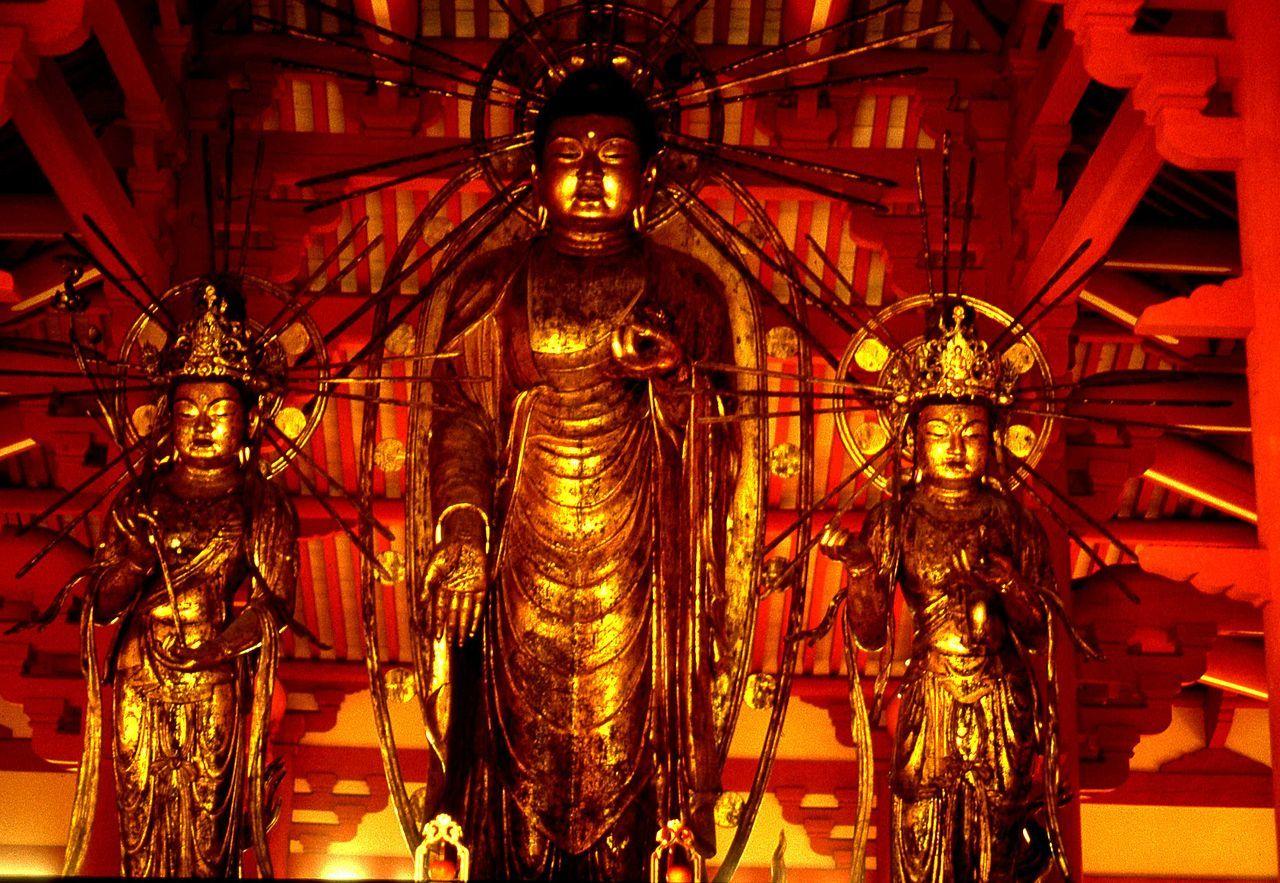 脇侍を従えた阿弥陀を中心とする三尊仏(小野浄土寺)。三尊天井の名の由来である。