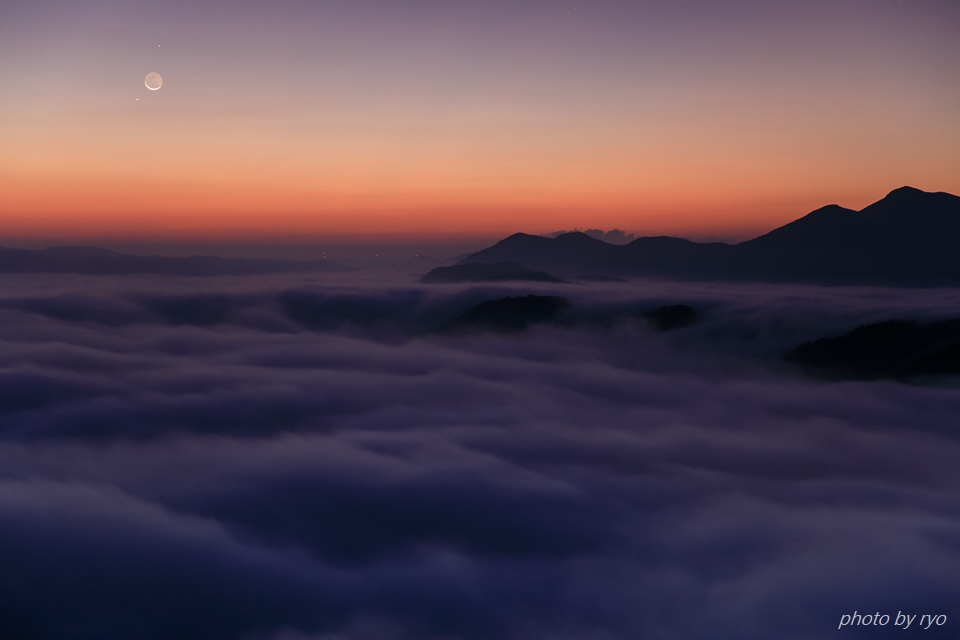 三日月と水星と火星と朝焼けの雲_