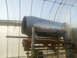 【写真】本圃ハウスに設置している暖房機 兼 二酸化炭素発生機