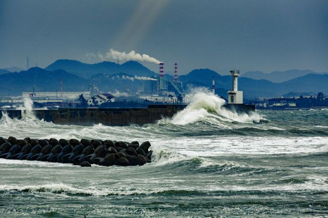日本海 荒波 サーファー 鳥取