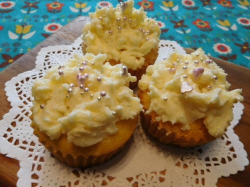 チーズクリームとアラザンで飾ったカップケーキ