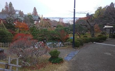 塩釜神社遠くに海が見えた