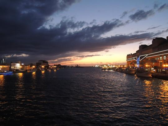 幣舞橋から見た釧路川河口の夕景