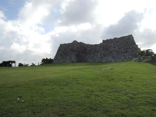 中城城跡(東側の広場から見た三の廓の石垣)