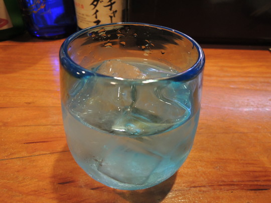 泡盛(古酒)「菊乃露VIPゴールド」ロック(864円)