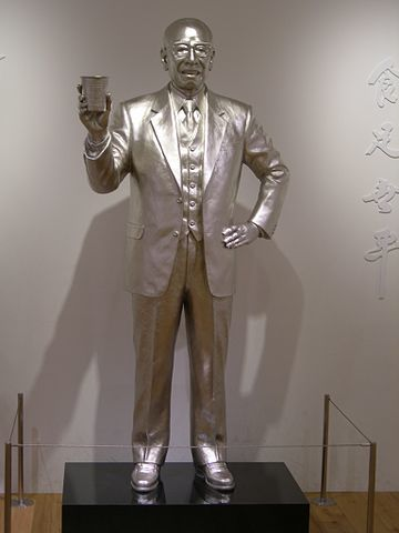 Silver_statue_of_Momofuku_Ando_20120315.jpg