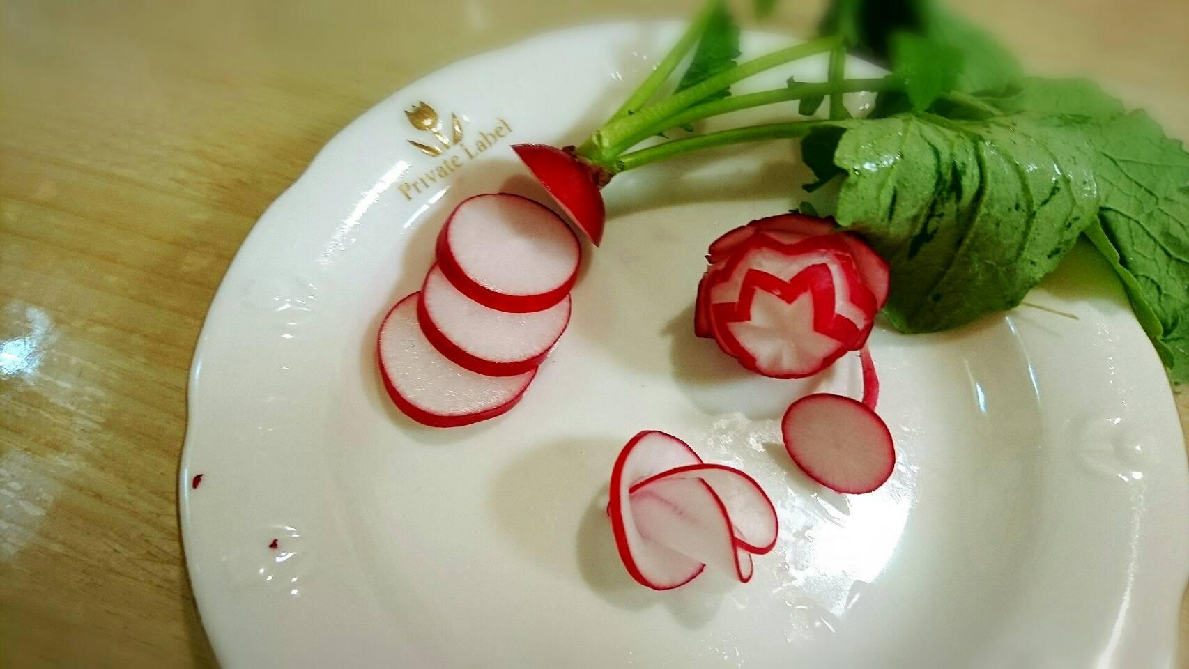 【飾り切り】 お弁当の飾りに ラディッシュで花びらの飾り切り
