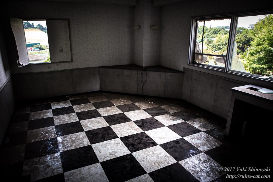 市松模様の床の客室