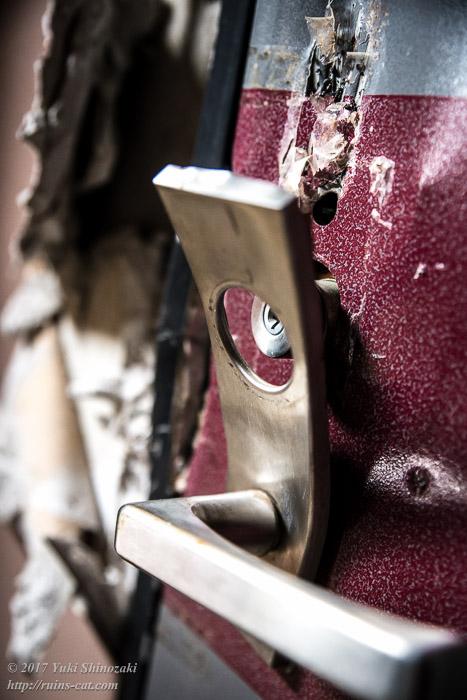 ボコボコに破壊されたドアノブ