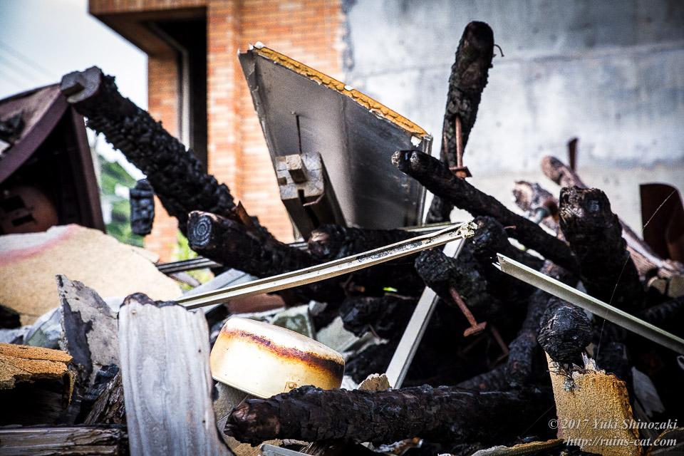 焼け落ちた厨房の瓦礫