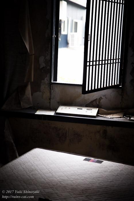 ベッドを照らし出す窓辺の光