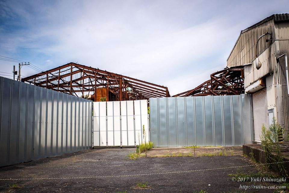 冷凍工場をぐるりと囲む鉄板