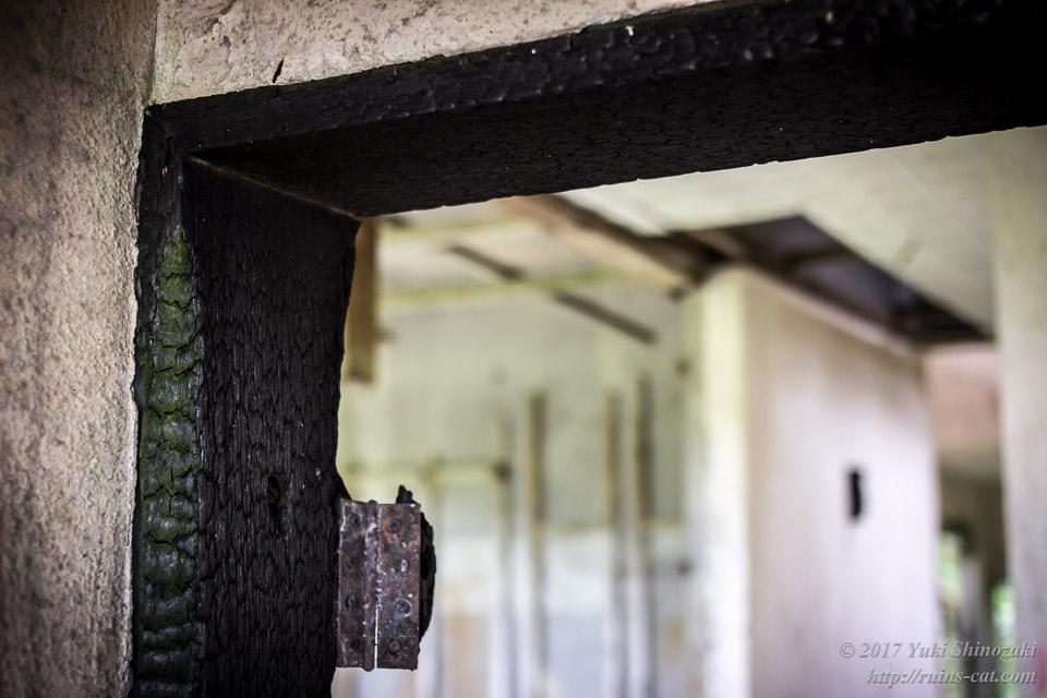 ドア枠に残された放火の跡