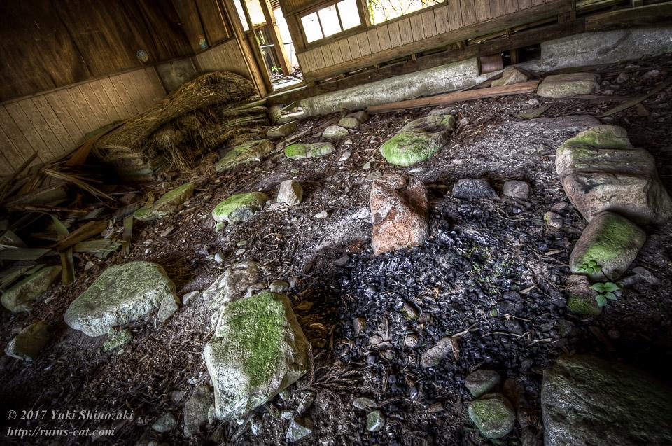 【広見小学校】焚き火の跡が残る教室