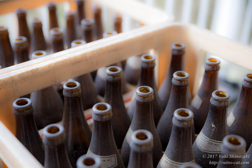 ケースの中の空ビール瓶