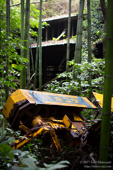 竹林に沈むホンダ製農機械